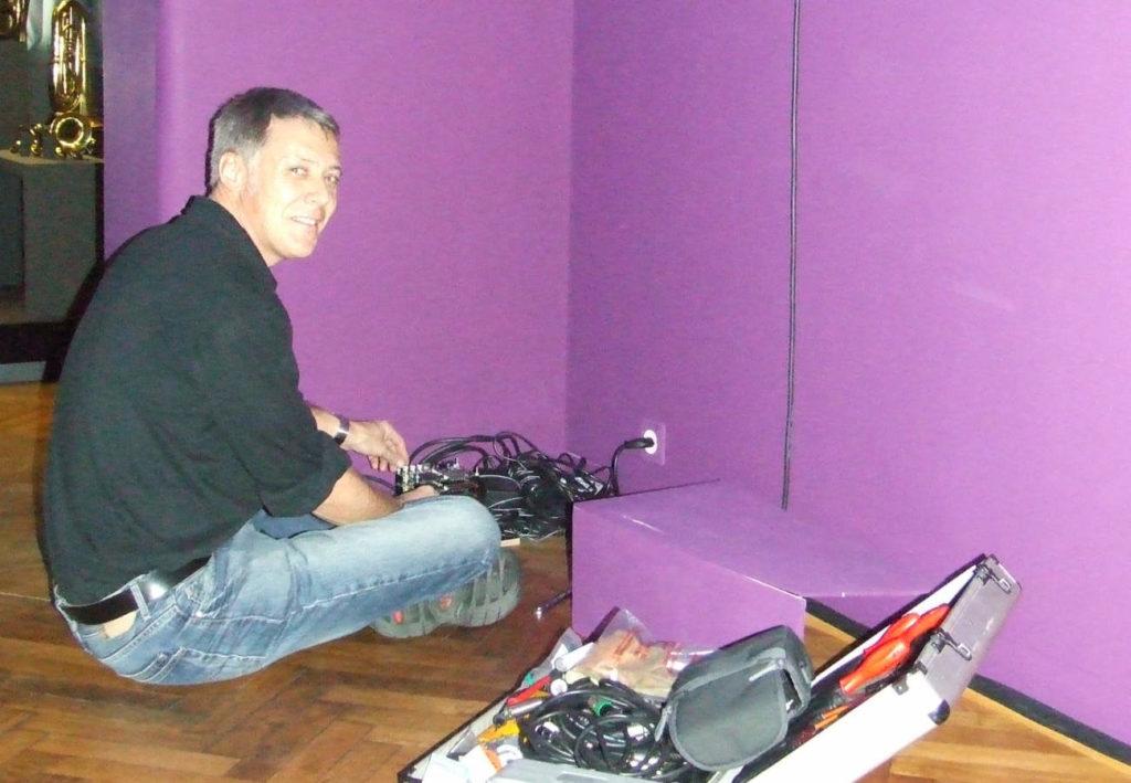 Albert Riedlin bei Arbeiten im Museum für Musik, Basel