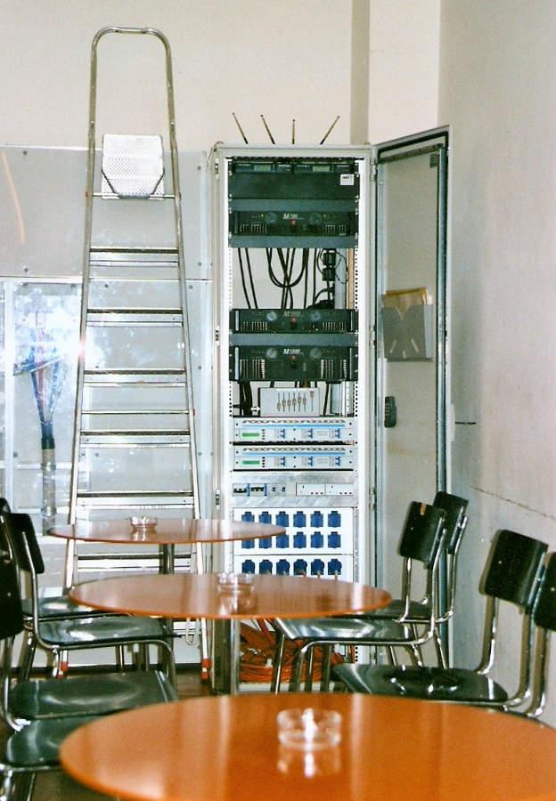 Geräteschrank mit einer Verstärkeranlage und Funkstrecke von Albert Riedlin