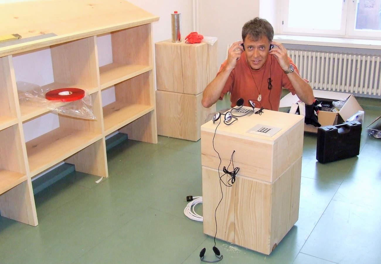 """Erstes Probehören einer Audiostation für die Ausstellung """"Doppelzunge"""" im Dichter- und Stadt-Museum Liestal"""