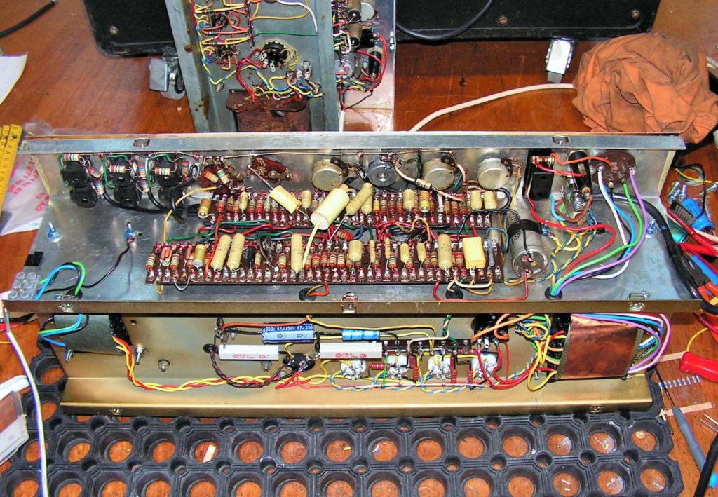 VOX AC-30 1959 von unten Endstufe Netzteil neu aufgebaut Teile der Vorstufe revidiert Trafos ersetzt