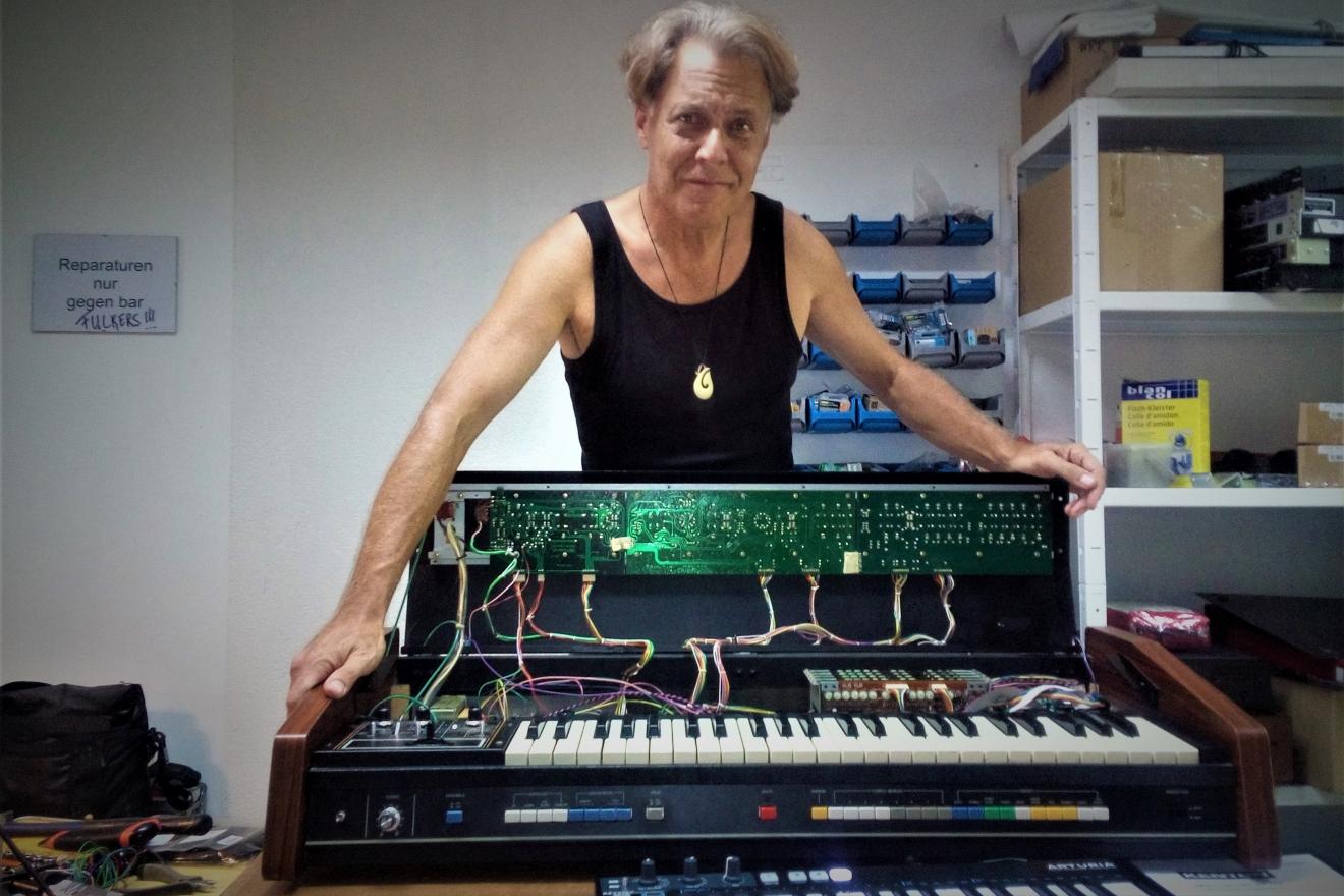 Ein ROLAND, Jupiter 4 sythesizer, geöffnet zum Einbau eines MIDI-Controlers.